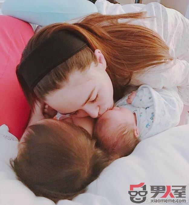 昆凌产后照片曝光 亲吻儿女画面温馨