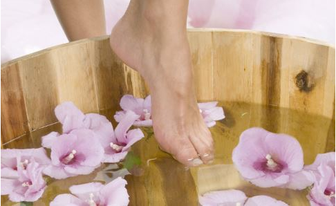 夏季泡脚能祛暑湿 但不要泡到大汗淋漓