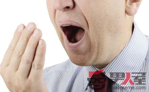 男人深受口臭困扰 常喝酸奶轻松去异味